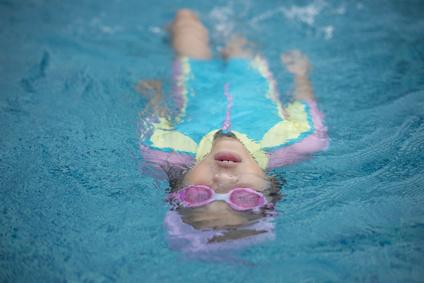 Cuida tus ojos en la piscina y el mar