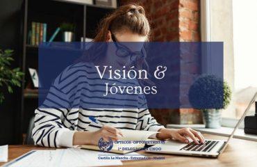 Visión y Jóvenes mujer joven escribiendo y con ordenador